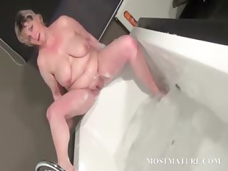aged doxy dildoes snatch in bathtub