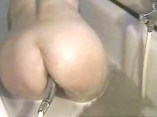 aged masturbiert in der badewanne