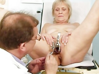 messy blond granny receives her cunt gaped at