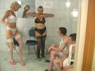 1 matures et 1 jeunes dans un sauna