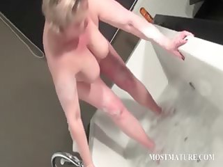 older bitch masturbates quim in bathtub