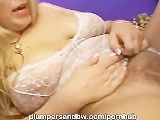 Chubby MILF from PlumpersAndBW pussy sprinkled