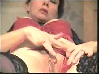 dilettante older milf masturbating her moist cunt