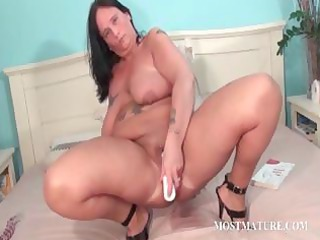 chesty aged masturbates bawdy cleft in daybed